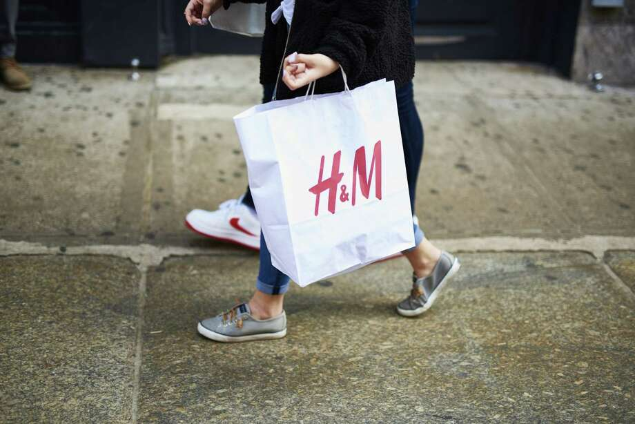 A shopper carries an H&M retail bag in the SoHo neighborhood of New York on March 30, 2019. Photo: Bloomberg Photo By Gabby Jones. / © 2019 Bloomberg Finance LP
