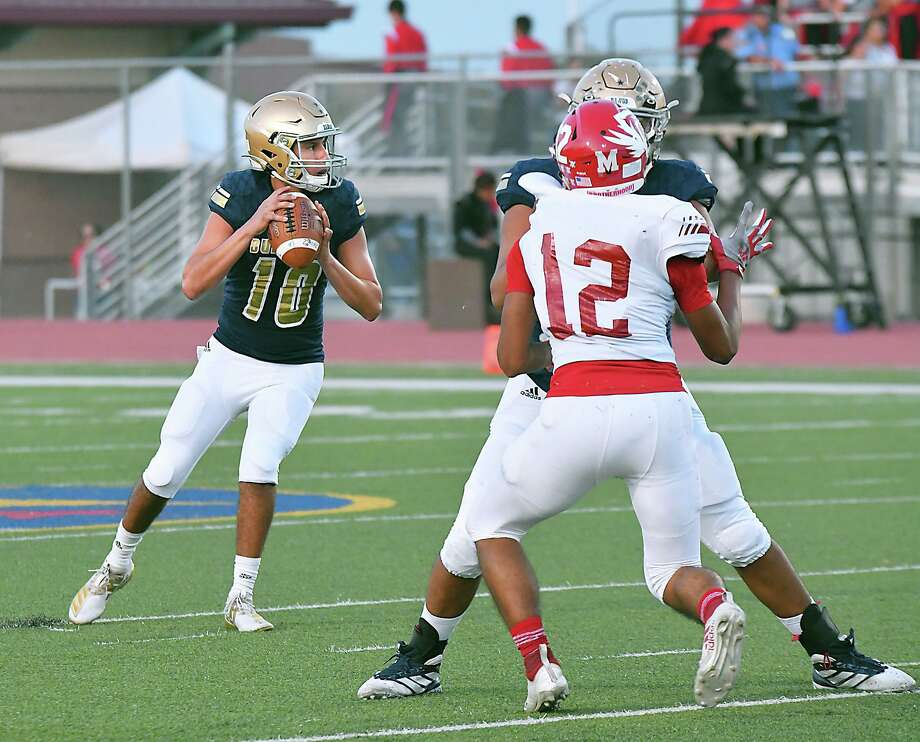 Alexander quarterback Jay Santos likes to utilize checkdown passes when possible. Photo: Cuate Santos /Laredo Morning Times File / Laredo Morning Times