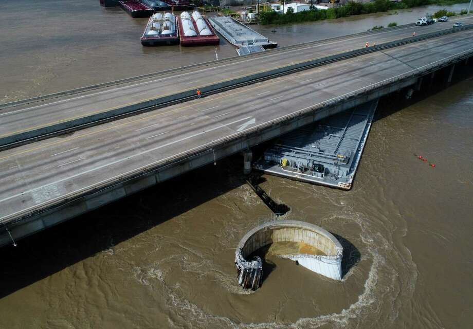 Interstate 10 at the San Jacinto River was shutdown after multiple barges collided with the bridge Friday, Sept. 20, 2019, in Houston. Photo: Godofredo A. Vásquez, Staff Photographer / 2019 Houston Chronicle