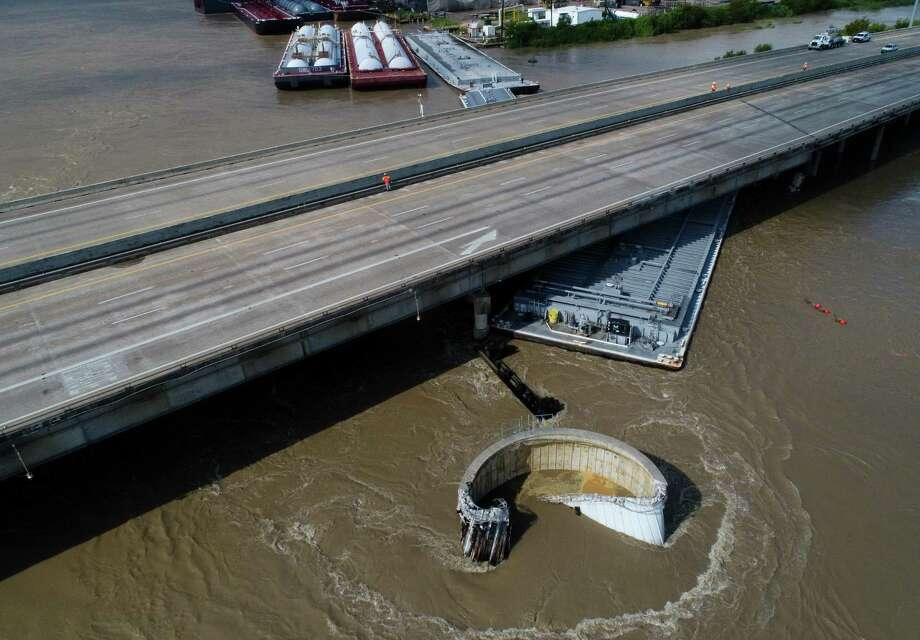 Interstate 10 at the San Jacinto River was shut down after at least two barges struck the bridge Sept. 20, as the remnants of Tropical Storm Imeldo drenched Houston and East Texas. Photo: Godofredo A. Vásquez, Houston Chronicle / Staff Photographer / 2019 Houston Chronicle