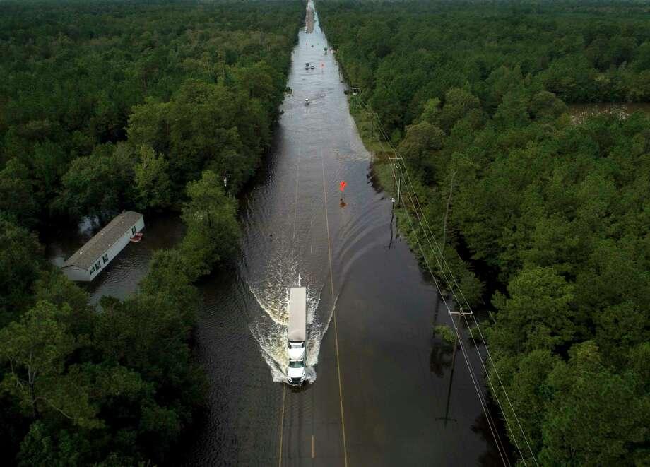 Un camión pasa por una carretera inundada en Mauriceville, Texas, el viernes 20 de septiembre de 2019 tras las lluvias arrojadas por la tormenta tropical Imelda. Photo: Jon Shapley /Associated Press / © 2019 Houston Chronicle