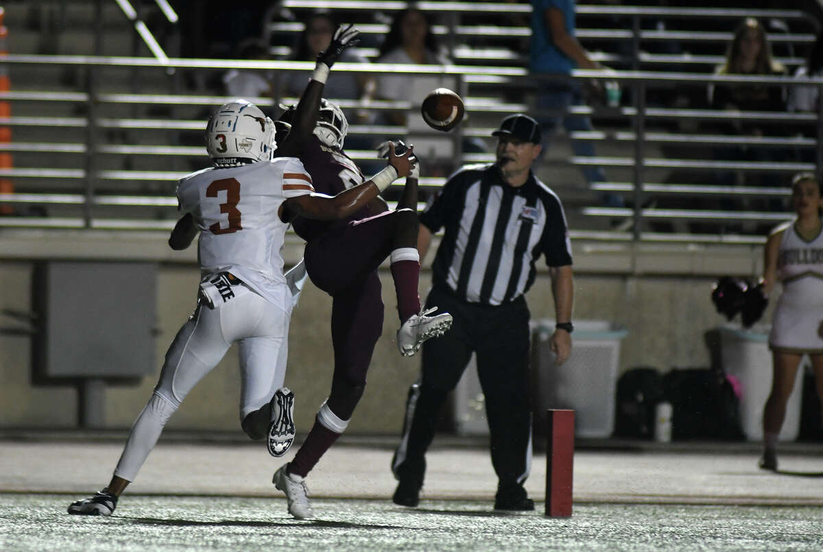 Summer Creek senior wide receiver Jamichael Burton (2) battles for a catch in the end zone against Dobie senior defensive back Giambi Boyd (3) in the second quarter of their district matchup at Turner Stadium in Humble on Sept. 20, 2019.