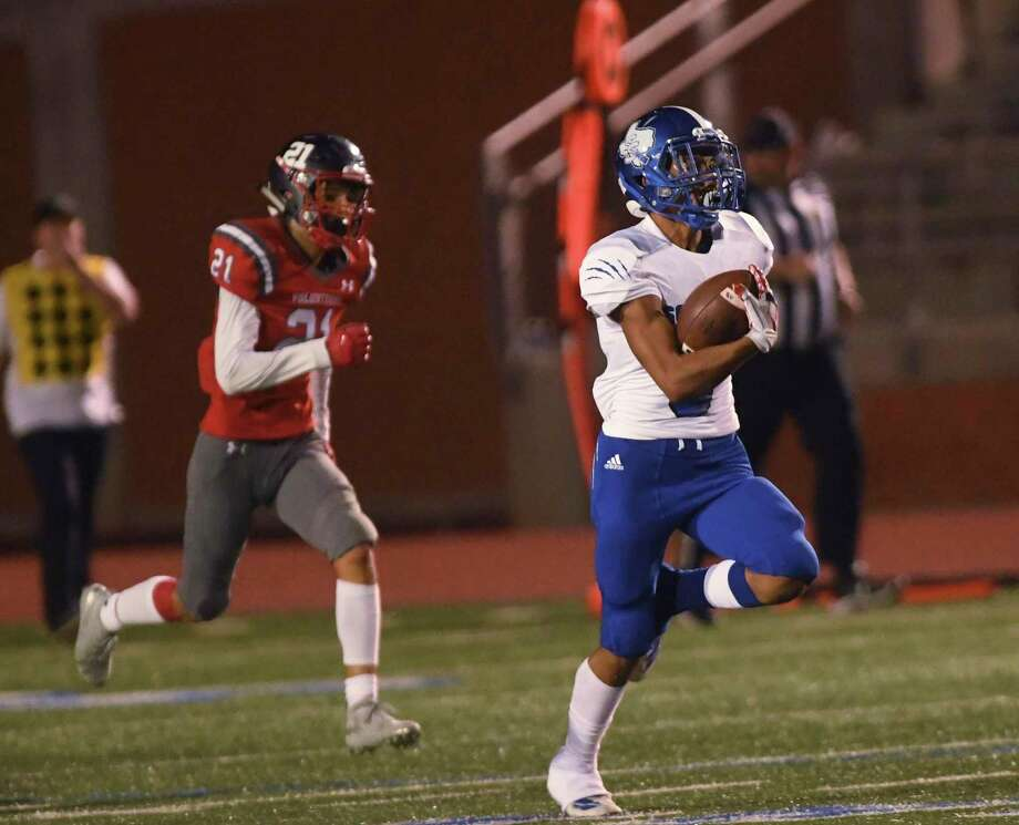 South San's Steve Sifuentes returns a kickoff for a touchdown against LEE at Heroes Stadium on Saturday, Sept. 21, 2019. LEE's Abram Puneda attempts to chase him down. Photo: Billy Calzada, Staff / Staff Photographer / San Antonio Express-News