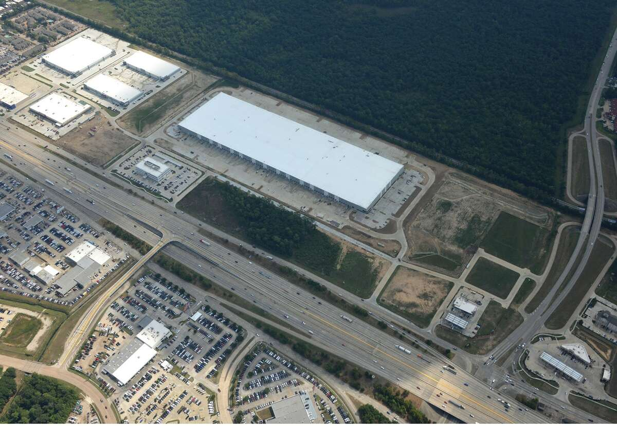 An aerial photo shows the progress of construction at Air 59 Logistics Center on September 10, 2019. The 685,400-square-foot distribution building is shell-complete and ready for tenants, according to JLL. The project is a development of Archway Properties and Ridgeline Property Group.