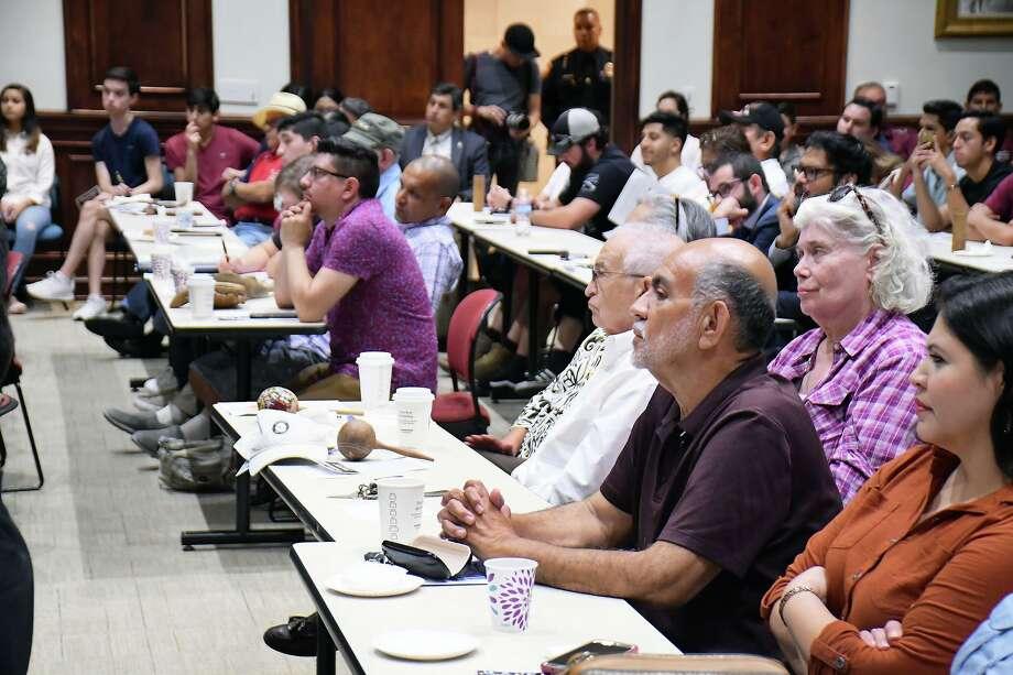 El auditorio del Centro de Ciencias de la Salud de UT se llenó de laredenses, representantes del Condado de Zapata y el Valle del Río Grande durante una asamble pública sobre el muro fronterizo llevada a cabo el martes 24 de septiembre de 2019. Photo: Cuate Santos /Laredo Morning Times / Laredo Morning Times