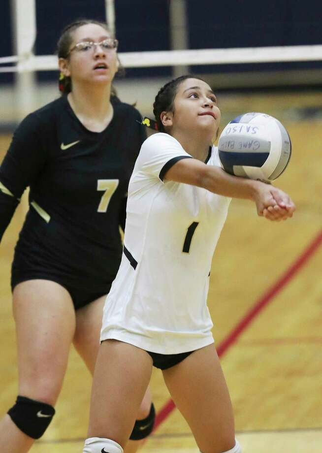 Mekiela Sibley sets the ball for the Bears as Jefferson plays Edison in volleyball at the Alamo Convocation Center on Sept. 24, 2019. Photo: Tom Reel, Staff / Staff Photographer / 2019 SAN ANTONIO EXPRESS-NEWS