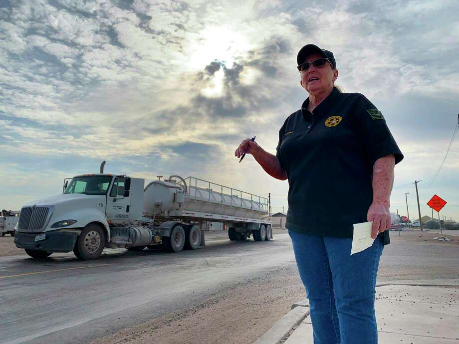 Sheriff's dispatcher Verta Sparks said that deputies often have to direct traffic through Mentone. She said locals avoid driving during peak traffic times in the morning and afternoon.Ê Photo: Billy Calzada, Staff / Staff Photographer / San Antonio Express-News