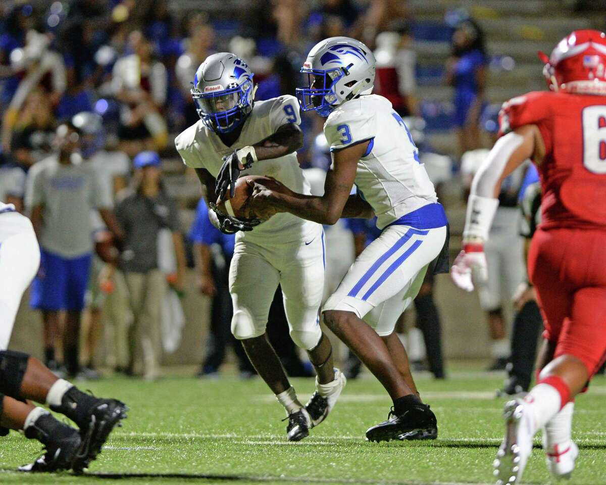 Jamarkus Buckner (9) of Willowridge takes a handoff from Rufus Scott (3) in the third quarter of a high school football game between the Dulles Vikings and the Willowridge Eagles on Friday, August 30, 2019 at Mercer Stadium, Sugar Land, TX.