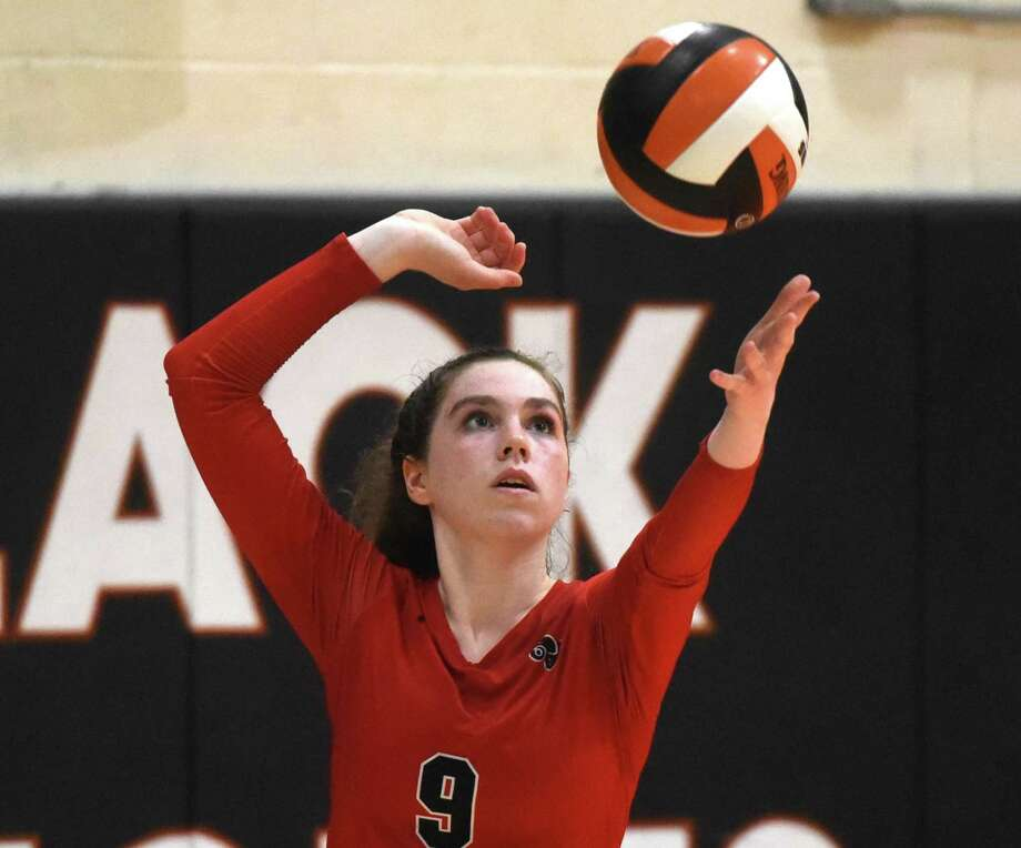 New Canaan's Emily Johnson gets set to serve against Stamford. Photo: Dave Stewart / Hearst Connecticut Media / Hearst Connecticut Media