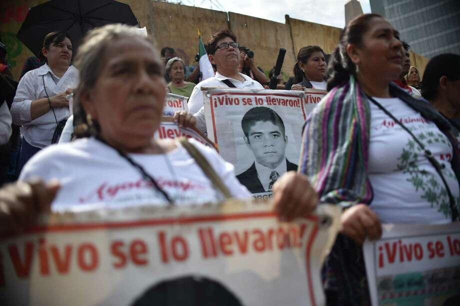 Familiares de los 43 estudiantes desaparecidos protestan en el quinto aniversario de la desaparición de los jóvenes frente a un monumento en su memoria en Ciudad de México el jueves 26 de septiembre de 2019. Photo: Rodrigo Arangua /AFP /Getty Images / AFP or licensors