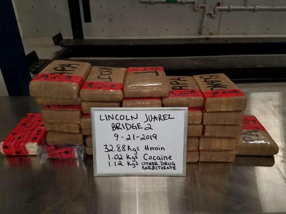 Agentes de Aduanas y Protección Fronteriza decomisaron un total de 72,5 libras de heroína, 2,24 libras de cocaína y 2,46 libras de norefedrina hidroclórida con un valor combinado en las calles de más de 1,6 millones de dólares junto con el vehículo el 21 de septiembre en el Puente Internacional Juárez Lincoln. Photo: Foto De Cortesía /CBP