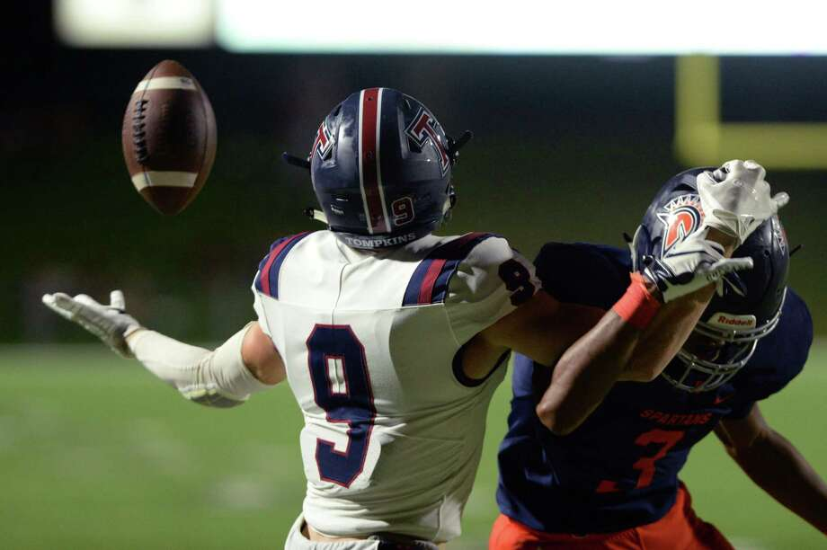 Gabe Atkin (9) of Tompkins makes a one-handed catch for a touchdown during the third quarter of a 6A Region III District 19 football game between the Seven Lakes Spartans and the Tompkins Falcons on Friday, September 27, 2019 at Rhodes Stadium, Katy, TX. Photo: Craig Moseley, Houston Chronicle / Staff Photographer / ©2019 Houston Chronicle