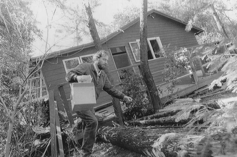 Robert Buonasera removes valuables from his house near Boulder Creek in the Santa Cruz Mountains on Oct. 25, 1989. Photo: Scott Sommerdorf / The Chronicle 1989