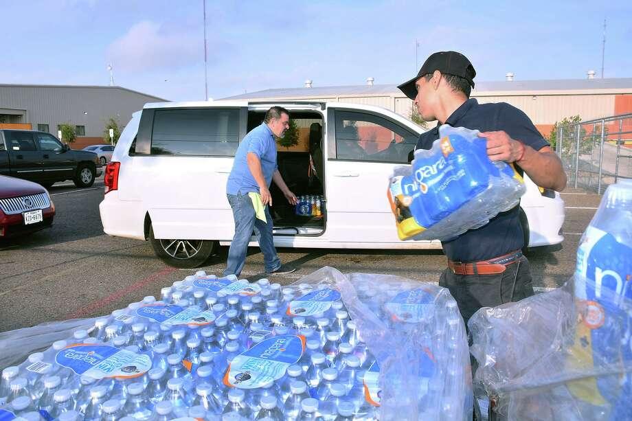 El Banco de Comida del Sur de Texas repartió cajas con agua embotellada, el lunes de 30 de septiembre de 2019, en respuesta al aviso de hervir de agua. Photo: Cuate Santos /Laredo Morning Times / Laredo Morning Times