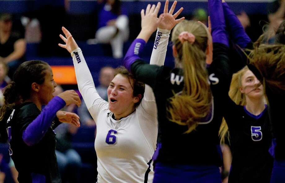 Willis setter Erin Bond (6) reacts after a block during a District 20-5A high school volleyball match on Tuesday evening. Photo: Jason Fochtman, Houston Chronicle / Staff Photographer / Houston Chronicle