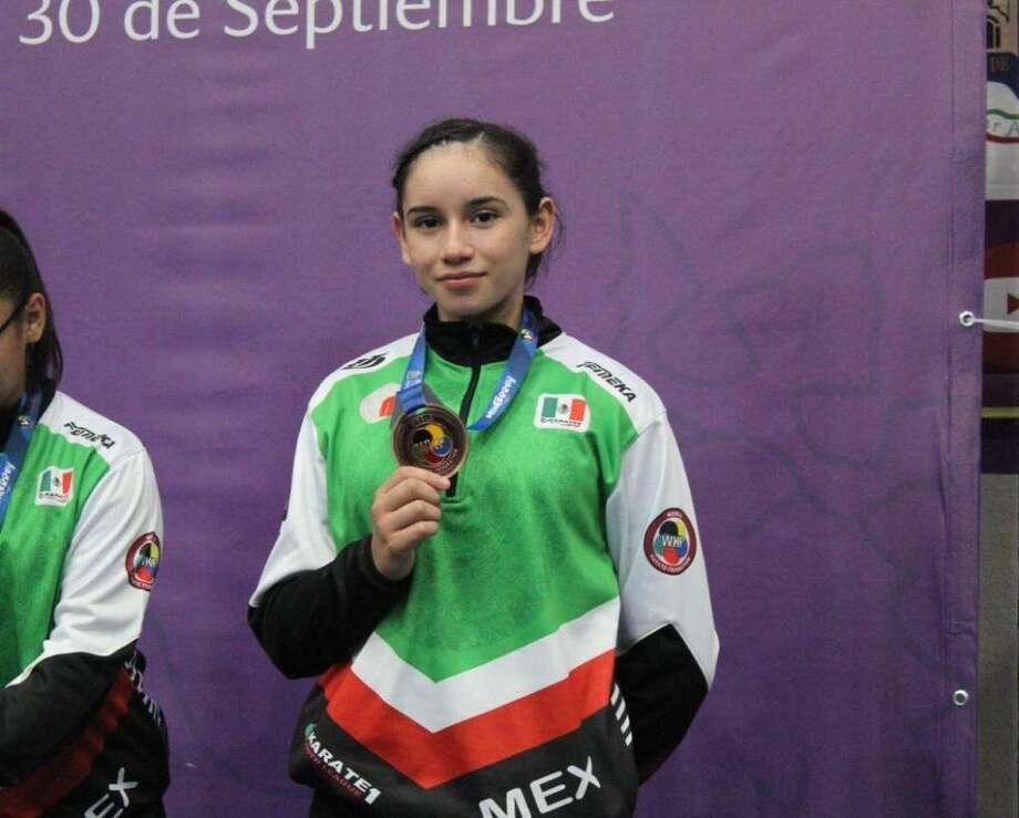 La karatedoca Clarissa Rodríguez posa con la medalla de bronce que obtuvo durante el torneo de la Liga Mundial de Karate Juvenil 'Youth League 1'. Photo: Foto De Cortesía /Gobierno Municipal De Nuevo Laredo