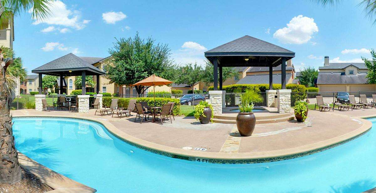 Memphis-based Fogelman Propertiesacquired Retreat at Steeplechase, a 390-unit apartment complex in northwest Houston,through a joint venture with New York-basedDRAAdvisors.