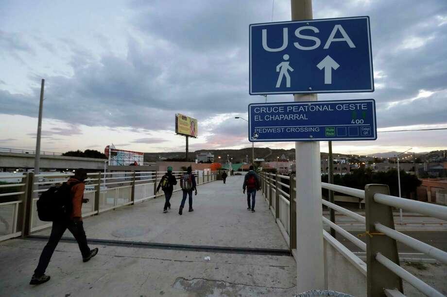 ARCHIVO — En esta fotografía de archivo del 27 de septiembre de 2016, algunos haitianos avanzan hacia el cruce fronterizo en Tijuana, México. Photo: Gregory Bull /Associated Press / Copyright 2017 The Associated Press. All rights reserved.