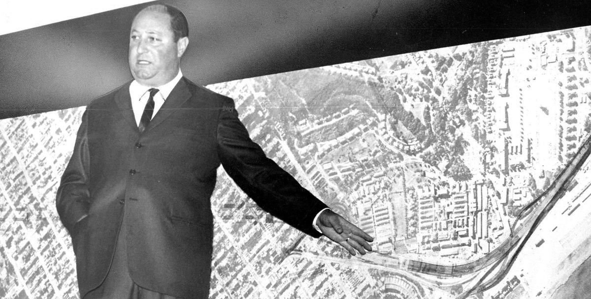freeway transit for San Francisco .. Supervisor William Blake describing Golden Gale Freeway plan at a meeting at Galileo High School,May 25, 1965
