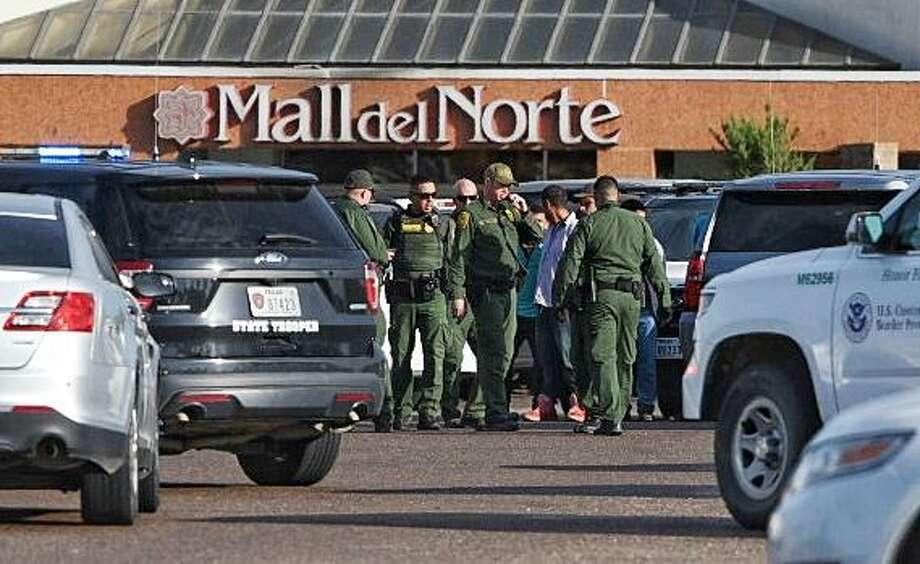 La policía de Laredo, la Oficina del Alguacil del Condado de Webb y la Patrulla Fronteriza ayudaron en la persecución que terminó en el Mall del Norte y dejó a un hombre detenido el jueves 3 de octubre de 2019. Photo: Danny Zaragoza /Laredo Morning Times