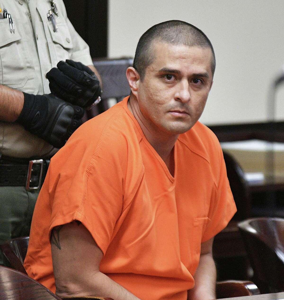 ARCHIVO- El presunto homicida serial, exagente de la Patrulla Fronteriza, Juan David Ortiz, permanece sentado en la Corte de Distrito 406 en Laredo, Texas, el 3 de octubre de 2019. Juan David Ortiz compareció en el mismo tribunal en una audiencia de estado del caso el jueves 9 de septiembre de 2021.