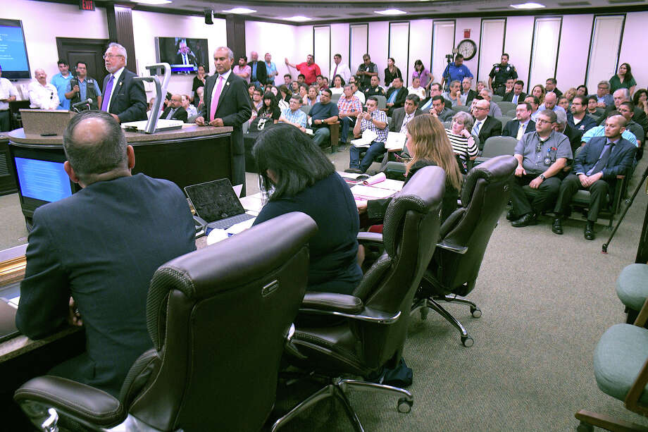 City of Laredo Health Department Director Dr.Hector F. Gonzalez and  Utilities Director Riazul I. Mia spoke at a special meeting at city council chambers, Wednesday, October 2, 2019, detailing the Boil Water notice that happened throughout the city this weekend and continues in areas south and east of the city. Photo: Cuate Santos/Laredo Morning Times