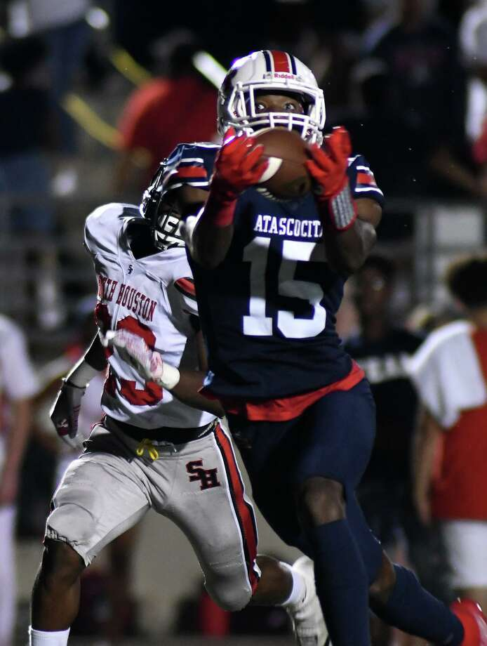 Atascocita senior wide receiver Darius Edmonds (15) finishes a catch against South Houston defender Ja'Qwaiven Brooks in the first quarter of their District 22-6A matchup at Turner Stadium in Humble on Oct. 3, 2019. Photo: Jerry Baker, Houston Chronicle / Contributor / Houston Chronicle