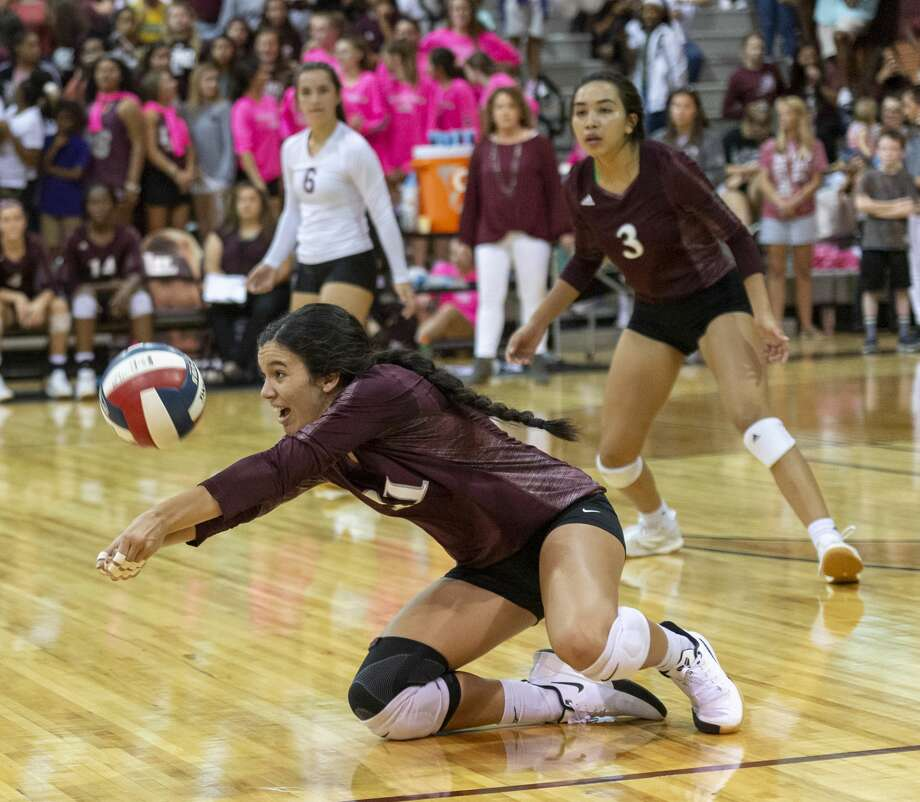 Lee's Caroline Downing (11) digs the ball Friday, Oct. 4, 2019 at Lee High School gym. Photo: Jacy Lewis/Reporter-Telegram