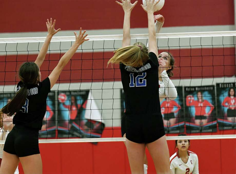 Crosby junior outside hitter Karsyn Shaver, right, works at the net against Friendswood's sophomore middle blocker Sarah Sitton (12) and sophomore outside hitter Kate Bueche, left, during their district matchup at Crosby High School on Sept. 27, 2019. Photo: Jerry Baker, Houston Chronicle / Contributor / Houston Chronicle