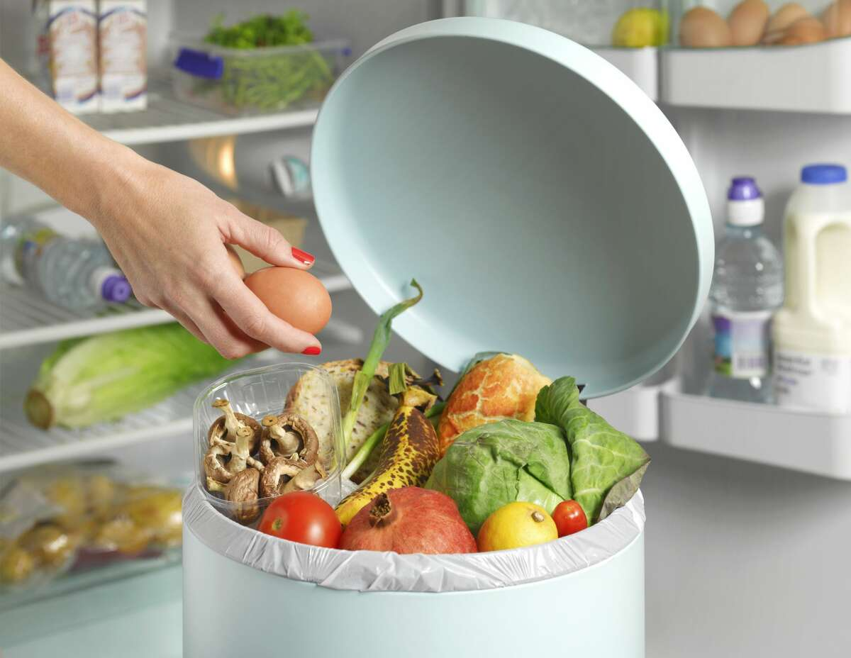 DO: Toss out food warmer than 40 degrees Fahrenheit Once the power comes back, throw away any perishable foods like milk, eggs, and leftovers with temperatures higher than 40 degrees Fahrenheit. This applies to foods that are above 40 degrees Fahrenheit for more than two hours.