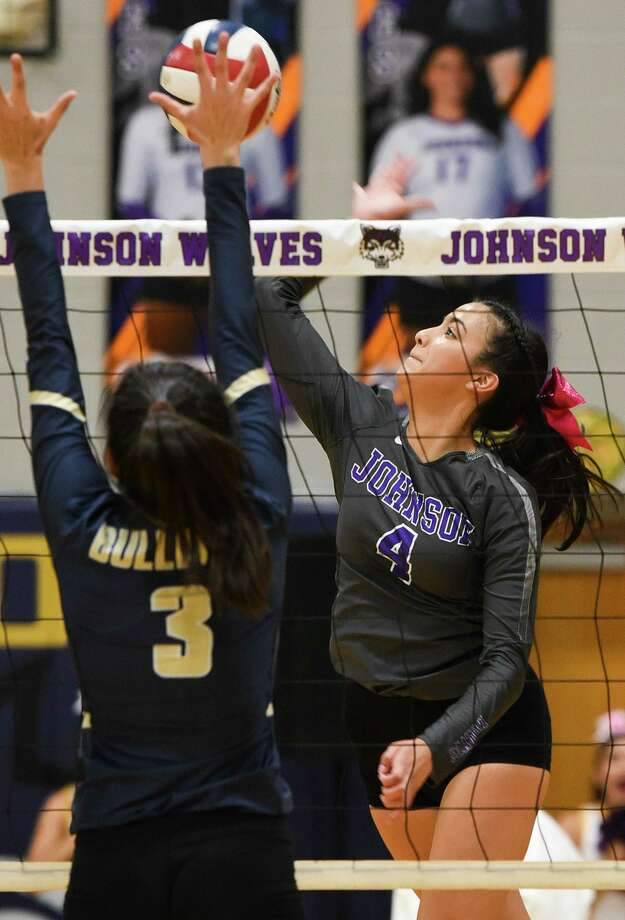 LBJ's Isabella Martinez and Alexander's Leah Cruz Photo: Danny Zaragoza /Laredo Morning Times