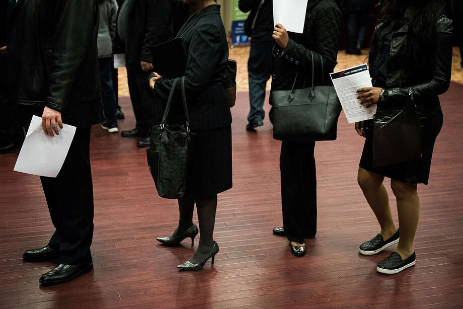 Job seekers wait in line to speak with representatives during a job fair in New York on Nov. 10, 2016. Photo: Bloomberg Photo By Mark Kauzlarich. / 2016 Bloomberg Finance LP