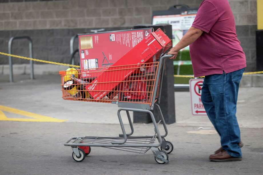 A customer pushes a shopping cart with batteries and flashlights in a Home Depot Inc. parking lot in Calif., on Oct. 8, 2019. Photo: Bloomberg Photo By David Paul Morris. / © 2019 Bloomberg Finance LP