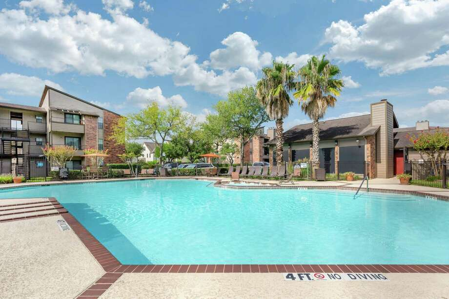 Western Wealth Capital purchased Lakes of 610, a 276-unit apartment complex at 2701 West Bellfort Ave., from Starwood Capital Group. Photo: Berkadia