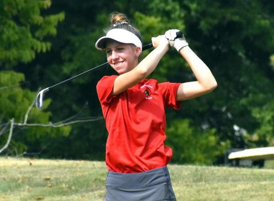 Alton's Natalie Messinger smiles as her tee shot on the par-3 14th hole hits the green at Orchards Golf Course during the Mascoutah Class 2A Regional. Photo: Matt Kamp / Hearst Illinois