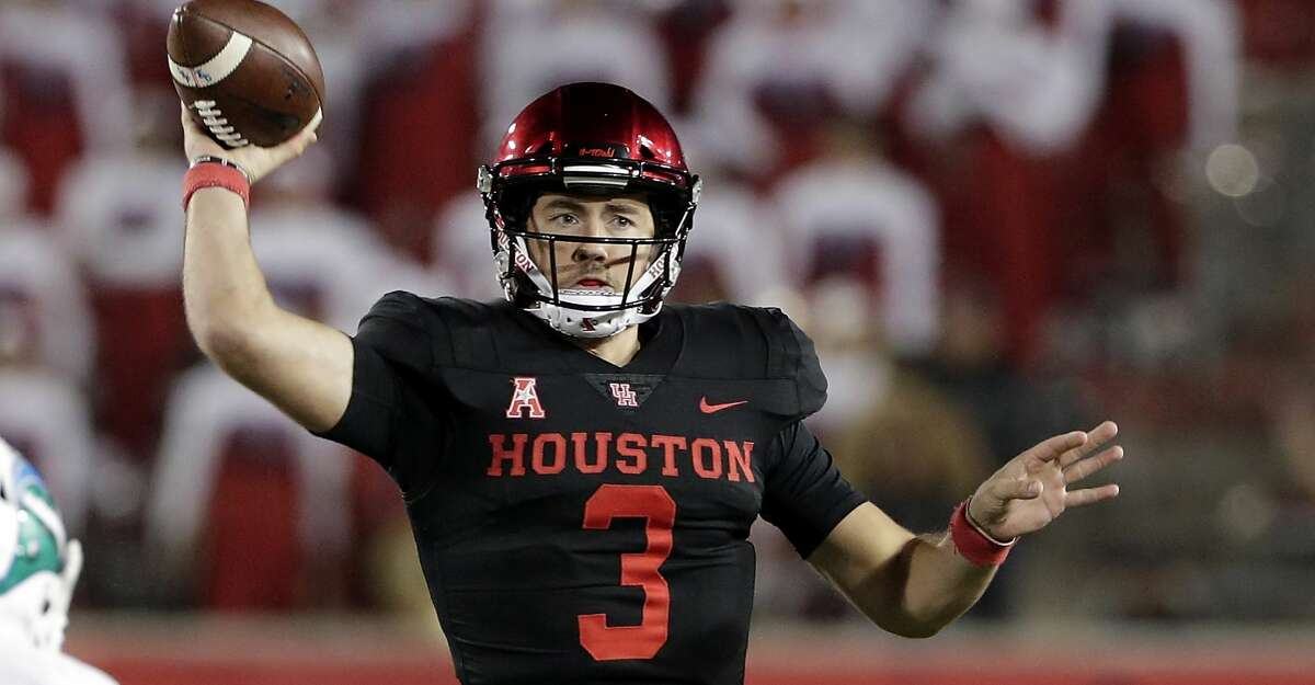 Houston quarterback Clayton Tune (3) passes on the move under pressure from Tulane safety Tirise Barge (33) during the second half of their football game Thursday, Nov. 15, 2018 in Houston, TX.
