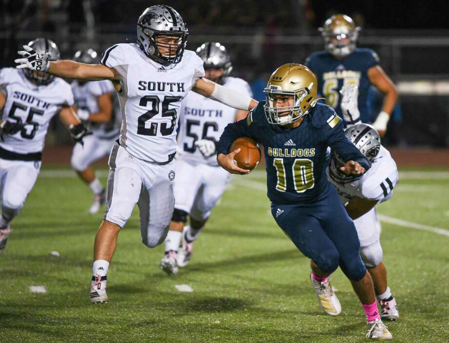 Alexander's Jay Santos was ranked among the top 200 dual-threat quarterbacks in the 2021 class by QBHitList.com. Photo: Danny Zaragoza / Laredo Morning Times File