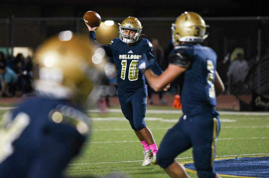 Alexander quarterback Jay Santos completed 54% of his passes for 2,139 yards, 22 touchdowns and only four interceptions last season. Photo: Danny Zaragoza /Laredo Morning Times File