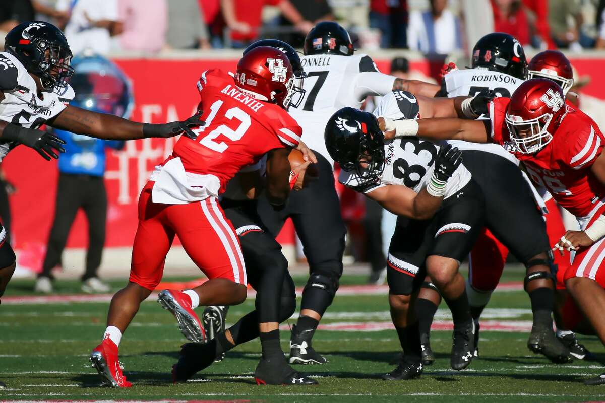 The Cougars' David Anenih tackles Cincinnati QB Desmond Ridder during last year's matchup.