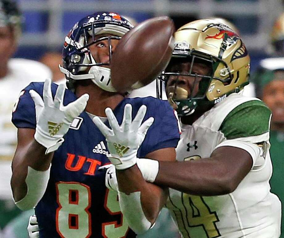 UTSA tight end Carlos Strickland makes a reception as UAB safety Dy'jonn Turner defends in first half action on Saturday, October 12, 2019. Photo: Ronald Cortes/Contributor / 2019 Ronald Cortes