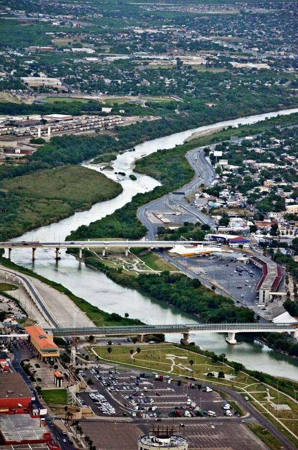 Vista aérea de dos de los puentes que unen a Nuevo Laredo, México, con Laredo, sobre el Río Grande. Photo: Danny Zaragoza /Laredo Morning Times