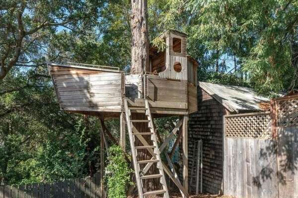 The true star of the home is its naval treehouse, built by a former Greenpeace Rainbow Warrior crew member.