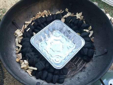 When the charcoal snake method is completed, place an aluminum pan in the middle.