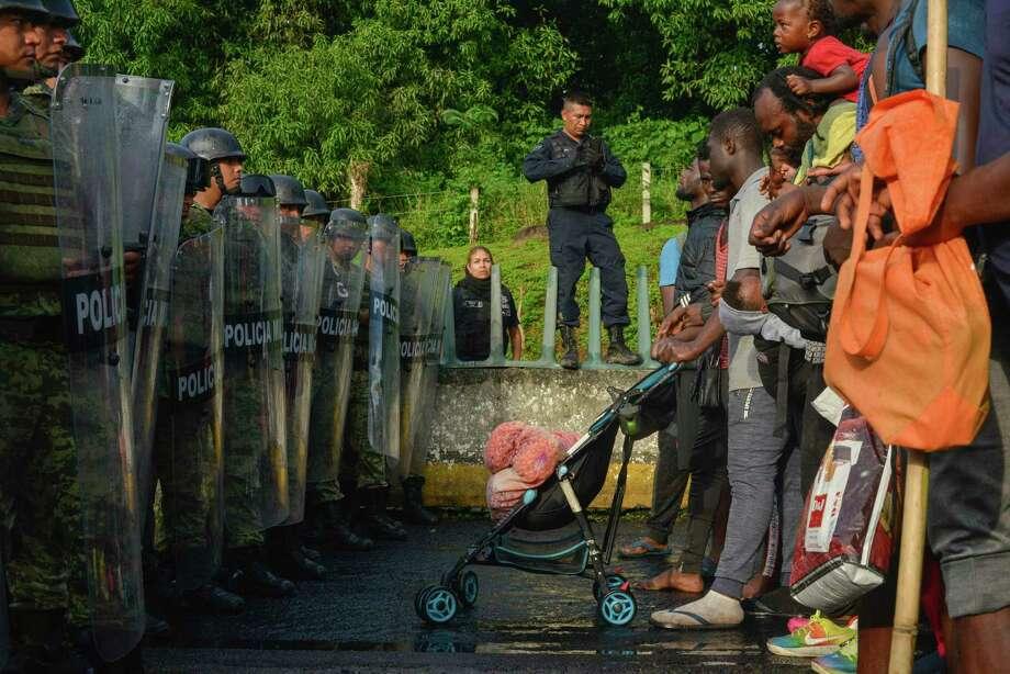 Unos migrantes se enfrentan a miembros de la Guardia Naciona cerca del municipio Tuzantán, en el estado de Chiapas, México, el sábado 12 de octubre de 2019. Photo: Isabel Mateos /Associated Press / Copyright 2019 The Associated Press. All rights reserved.