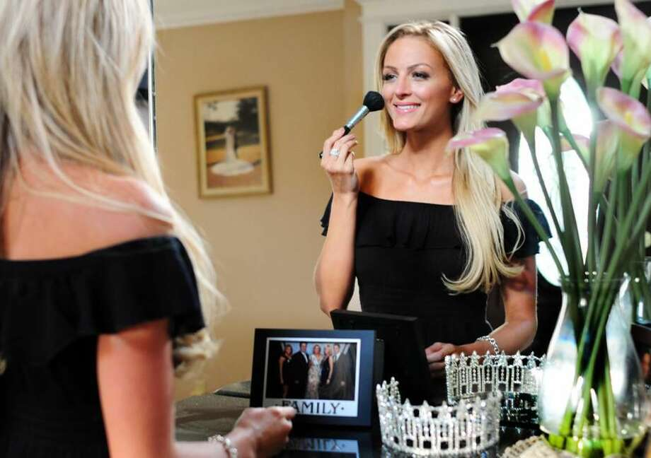 Marie-Lynn Piscitelli, Miss Connecticut USA, freshens her make-up. Melanie Stengel/Register