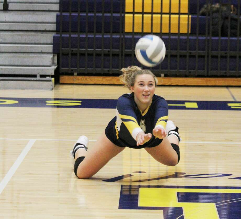 Manistee's Logan Wayward makes a diving dig during the Chippewas' match against Orchard View on Tuesday. Photo: Dylan Savela/News Advocate