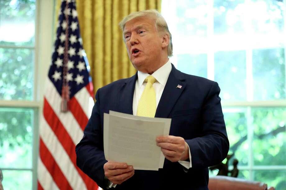 El presidente Donald Trump sostiene una carta durante su reunión con el vicepremier chino Liu He en la Oficina Oval de la Casa Blanca en Washington, el viernes 11 de octubre del 2019. Photo: Andrew Harnik /Associated Press / Copyright 2019 The Associated Press. All rights reserved