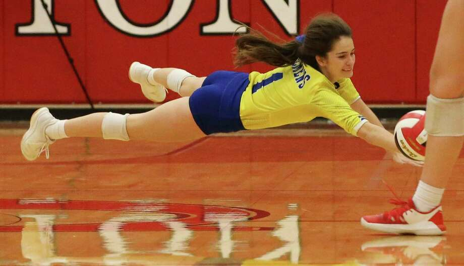 Clemens' libero Elizabeth Hill (01) attempts a dive for the ball against New Braunfels Canyon in girls volleyball in New Braunfels on Tuesday, Oct. 15, 2019. (Kin Man Hui/San Antonio Express-News) Photo: Kin Man Hui, Staff / Staff Photographer / ©2019 San Antonio Express-News