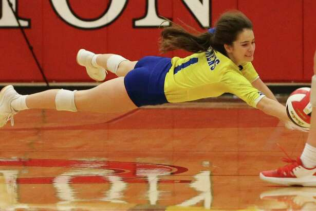 Clemens' libero Elizabeth Hill (01) attempts a dive for the ball against New Braunfels Canyon in girls volleyball in New Braunfels on Tuesday, Oct. 15, 2019. (Kin Man Hui/San Antonio Express-News)