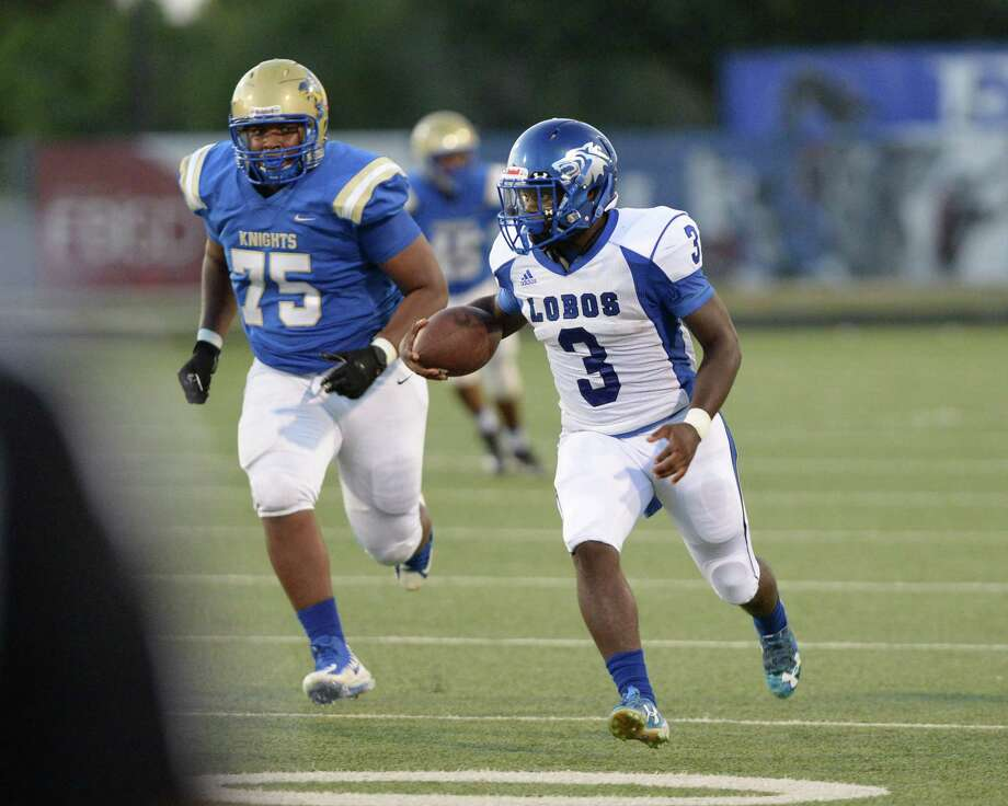 DaShawn Daniels (3) of Chavez carries the ball for a first down during the first quarter of a non-district football game between the Elkins Knights and the Chavez Lobos on Thursday, September 12, 2019 at Hall Stadium, Missouri City, TX. Photo: Craig Moseley, Houston Chronicle / Staff Photographer / ©2019 Houston Chronicle